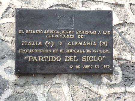 Placa conmemorativa del Italia-Alemania de México '70 en el Estadio Azteca.