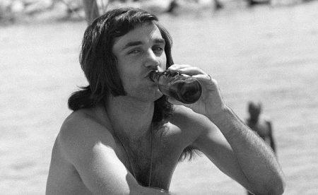 George Best es el ejemplo más paradigmático del futbolista que pasa de ser un mero deportista a todo un icono social. En la imagen, Best en Marbella en verano de 1972.