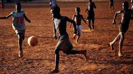 El fútbol africano es vivido con gran pasión. En la imagen, la versión más pura del fútbol, cuando es practicado por niños con el único afán de divertirse.