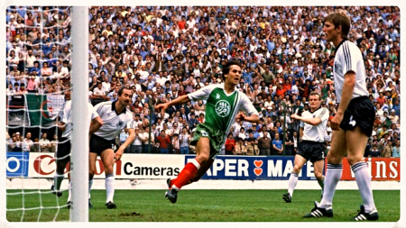 Madjer anota el tanto que significó la victoria de Argelia ante Alemania.