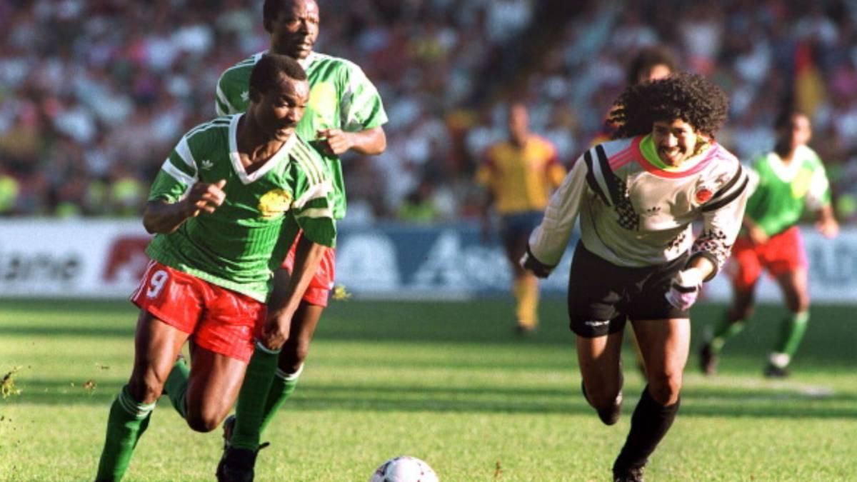 Roger Milla se aprovecha de un error del colombiano Higuita para dar la victoria a Camerún