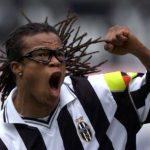 Davids con su aspecto más icónico: camiseta de la Juve, rastas y gafas