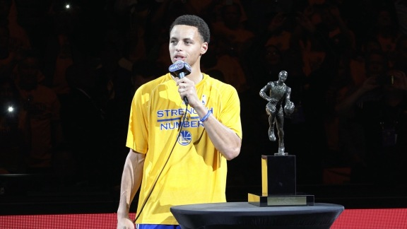 Curry, con el trofeo de MVP de la NBA 2014-2015.