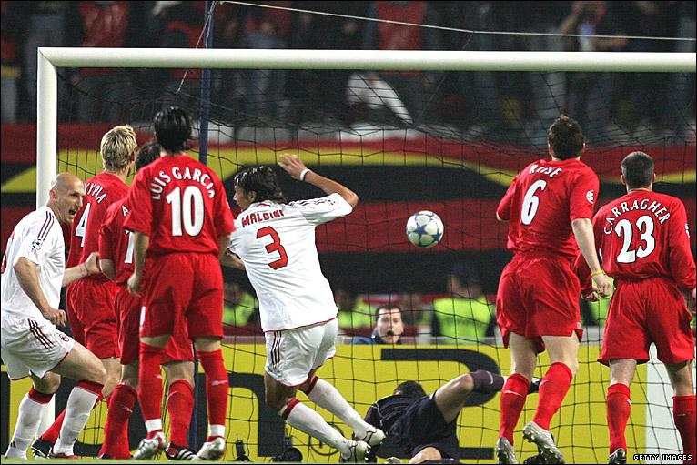 Maldini adelanta al Milan en el minuto 1 frente al Spanish Liverpool.