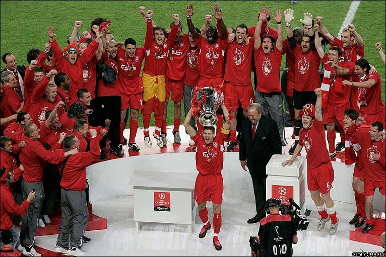 Steven Gerrard alza la Champions conquistada por el Spanish Liverpool al cielo de Estambul.