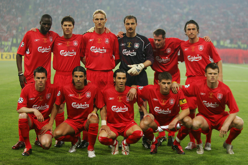 Alineación del Spanish Liverpool campeón de Champions. Arriba, de izquierda a derecha: Traoré, Alonso, Hyypia, Dudek, Carragher, Kewell. Abajo, de derecha a izquierda: Riise, Gerrard, Luis García, Baros y Finnan