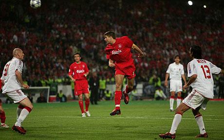 Gerrard inició el camino del Spanish Liverpool hacia la remontada con un cabezazo que se convertiría en el 3-1