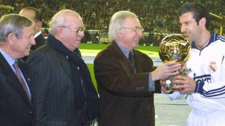 Figo, con su Balón de Oro en el año 2000.