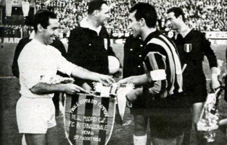Gento y Picchi se saludan antes de la final.
