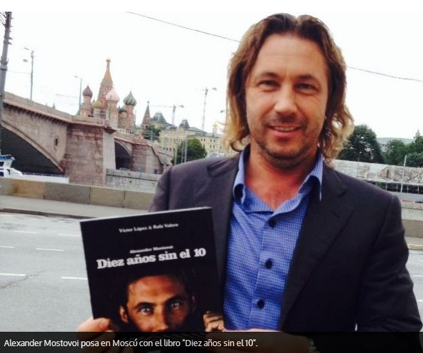 """El Zar Mostovoi posa con el libro """"10 años sin el 10"""""""