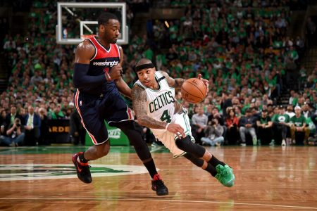 Bajitos en el baloncesto. Isaiah Thomas intenta superar la defensa de John Wall.