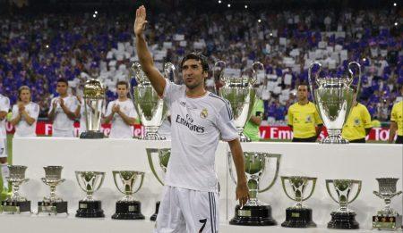Raúl González Blanco posa con los títulos conseguidos con el Madrid el día de su homenaje.