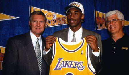 Kobe Bryant junto a Del Harris y Jerry West (1996)
