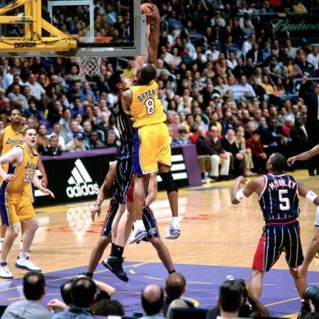 Kobe Bryant matando sobre Yao Ming.