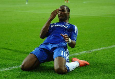Drogba celebrando el gol en la final de Chamipons