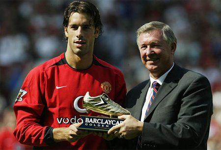 Van Nistelrooy y Sir Alex Ferguson, luciendo su botín de oro de la Premier