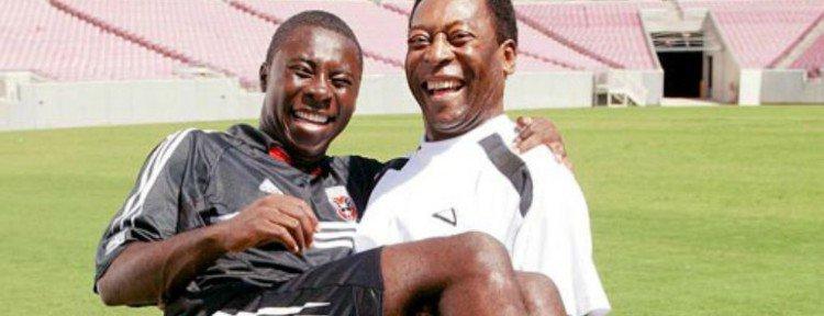 Pelé coge en brazos al que iba a ser su sucesor: Freddy Adu.