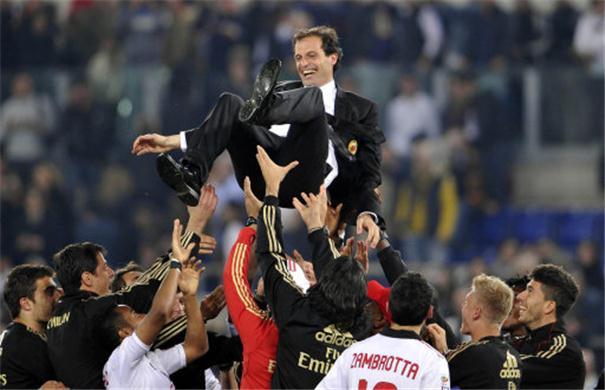 Allegri manteado por los jugadores del Milan tras ganar el Scudetto.