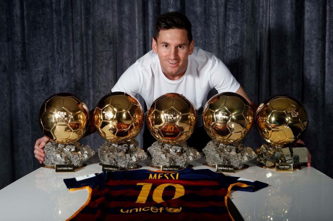 Leo Messi con sus cinco Balones de Oro. Fc Barcelona.es