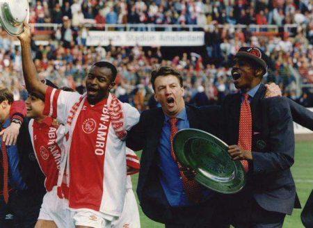 Plantilla Ajax 1994-95: Finidi George, Louis Van Gaal y Nwankwo Kanu.