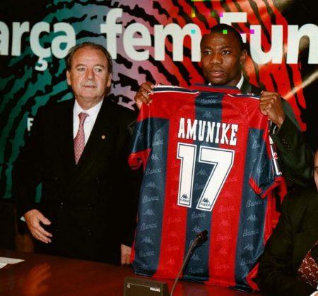 Amunike el día de su presentación como jugador del Barcelona, junto a Núñez.