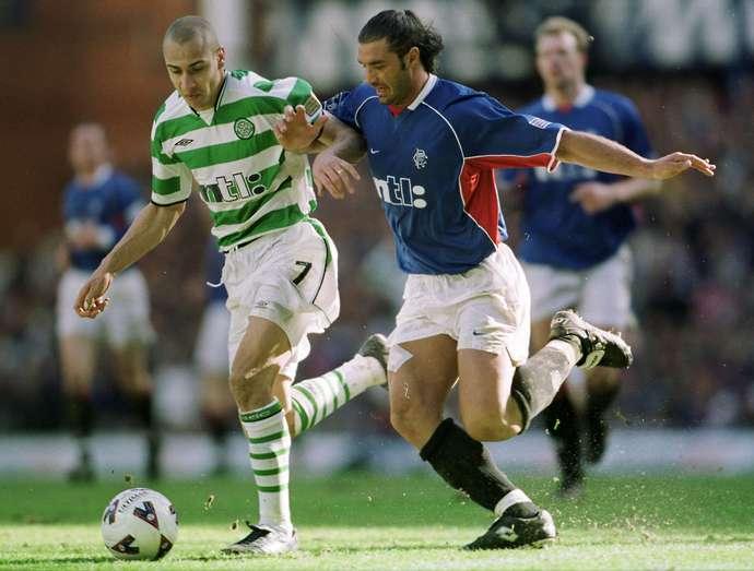 Henrik Larrson con el Celtic en un partido contra el Rangers.