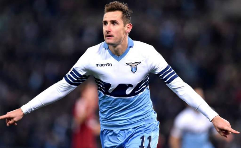 Klose con la camiseta del Lazio.