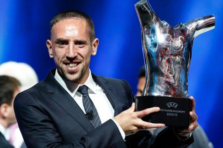 Historias trágicas de futbolistas. Ribèry, mostrando su trofeo como mejor jugador de Europa