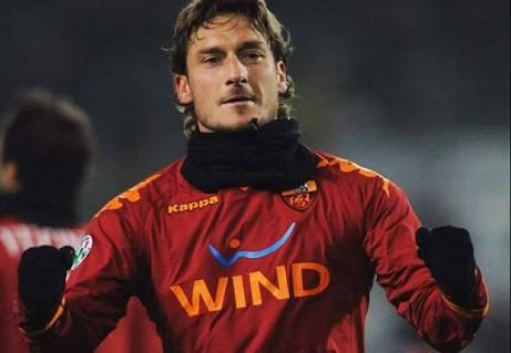 Totti portando la camiseta de la AS Roma vía:Twitter.com