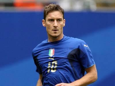 Francesco Totti con la 10 de Italia vía: asroma.com