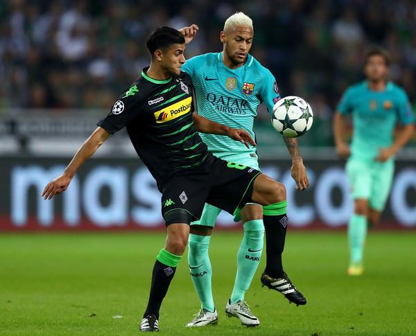 Mahmoud Dahoud en el partido de ida en Champions frente al Barcelona.