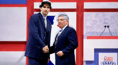 Un jovencísimo Peja Stojakovic en su noche de Draft junto a David Stern.