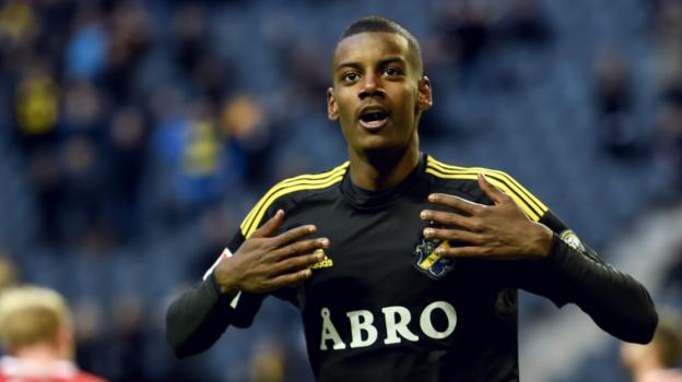 Cómo juega Alexander Isak. En la imagen, con la camiseta del AIK Solna.