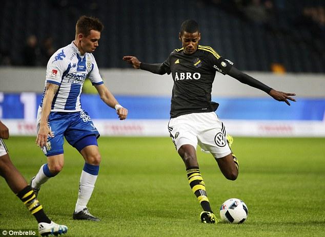 Alexander Isak en un partido de la liga sueca.