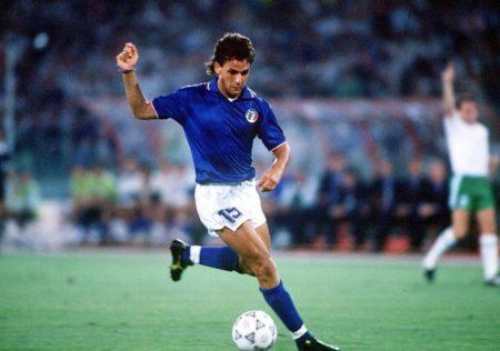 Roberto Baggio en un partido con la selección italiana