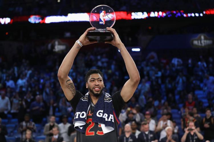 Davis recoge el trofeo de MVP del All-Star 2017.