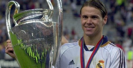 Fernando Redondo levantando la 8ª Champions del Madrid.