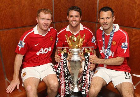 Michael Owen posa con el trofeo de la Premier League en compañía de dos leyendas del Manchester United: Paul Scholes y Ryan Giggs