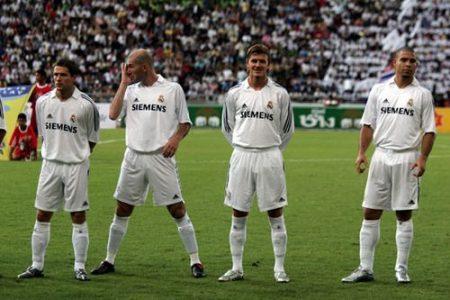 Michael Owen, junto a Zidane, Beckham y Ronaldo antes de empezar un partido.