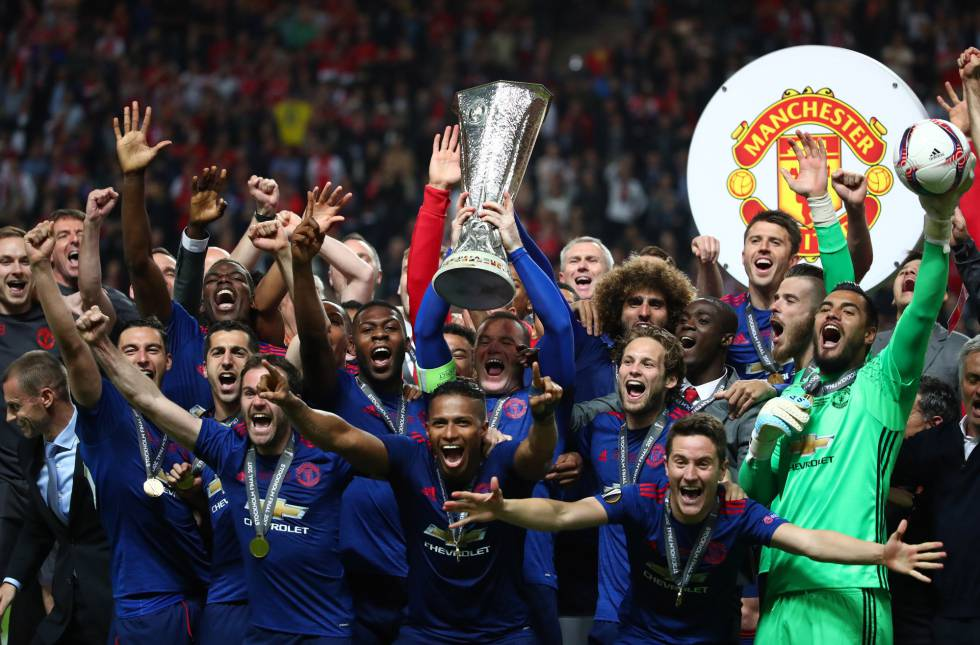 Jugadores del United levantando la Europa League