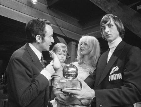 Johan Cruyff posando con el Balón de Oro conseguido en 1971