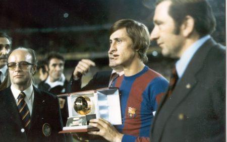 Con el Barcelona, Johan Cruyff ganó dos Balones de Oro consecutivos, en la imagen posa con el de 1974