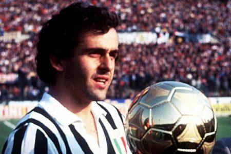 Platini recogiendo el Balón de Oro con la camiseta de la Juventus