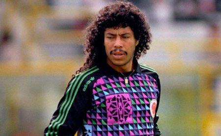 René Higuita defendiendo la camiseta colombiana