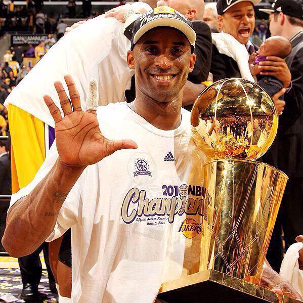 Kobe con los 5 anillos de campeón.