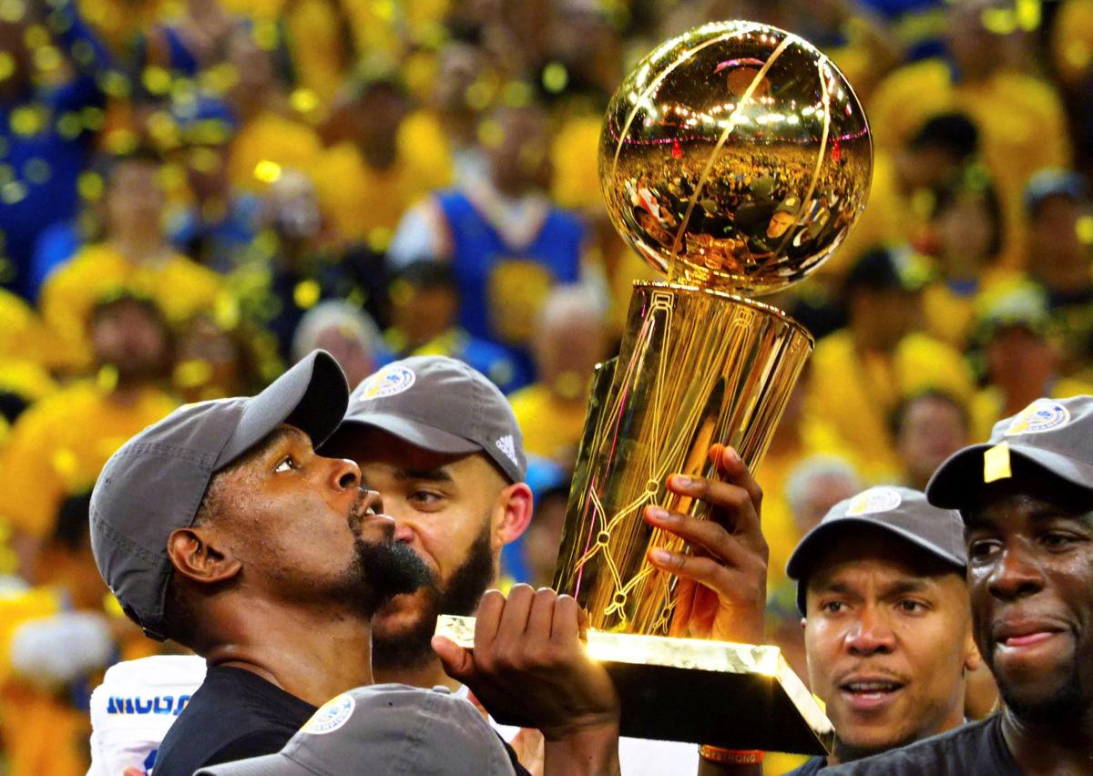 Kevin Durant con su primer trofeo de campeonato cosechado con los Golden Sate Warriors