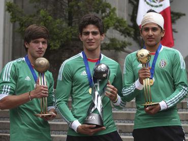 México Campeón Mundial sub-17. Fierro balón de bronce, Briseño capitán de la selección con el trofeo de campeón y Gómez balón de oro del torneo. Fuente:informador