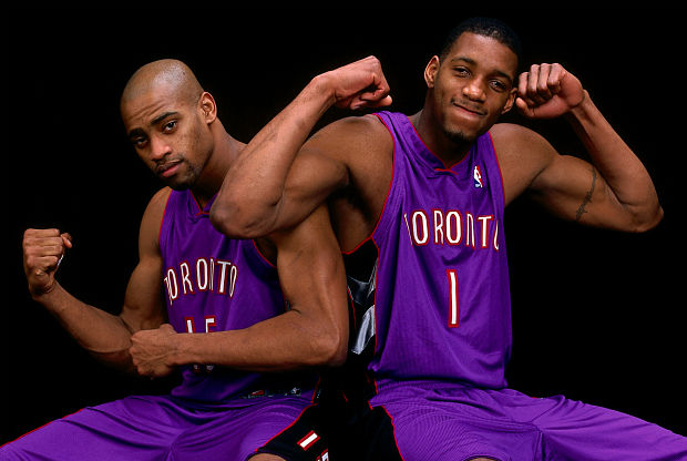 Tracy McGrady y Vince Carter con la camiseta de Toronto Raptors.