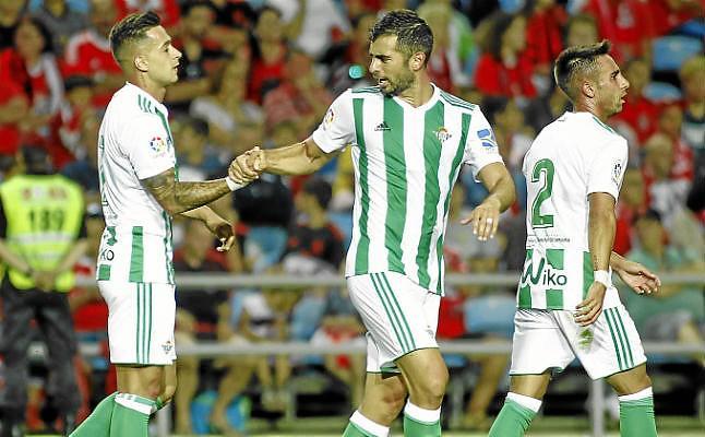 Fichajes Betis 2017-18. Jordi Amat celebra el estreno goleador de otro refuerzo, Sergio León, durante un partido amistoso