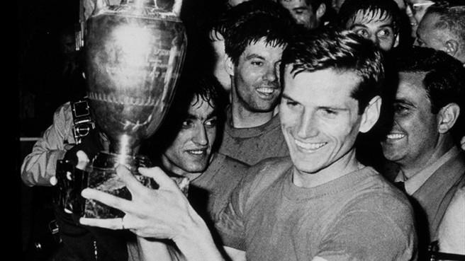 Fachetti levanta el título de campeón de la Eurocopa 1968.